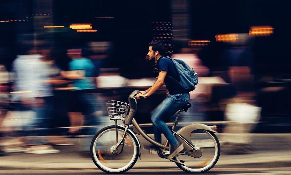 Economia: A utilização massiva da bicicleta tem várias vantagens económicas para o país, entre as quais os menores custos de deslocação, a poupança de tempo evitando-se também custos enormíssimos com congestionamento,  menores custos de construção e manutenção de infraestruturas, melhoria do saldo da balança comercial, redução da dependência energética e risco de abastecimento, a promoção da indústria nacional e emprego no ramo das bicicletas, a diminuição dos custos com saúde, o incremento da segurança rodoviária, o aumento do bem-estar pessoal e o consequente aumento de produtividade. Cada km percorrido de automóvel tem um custo ao país de 0,15 Euro, já cada km percorrido de bicicleta tem um ganho de 0,16 Euro.