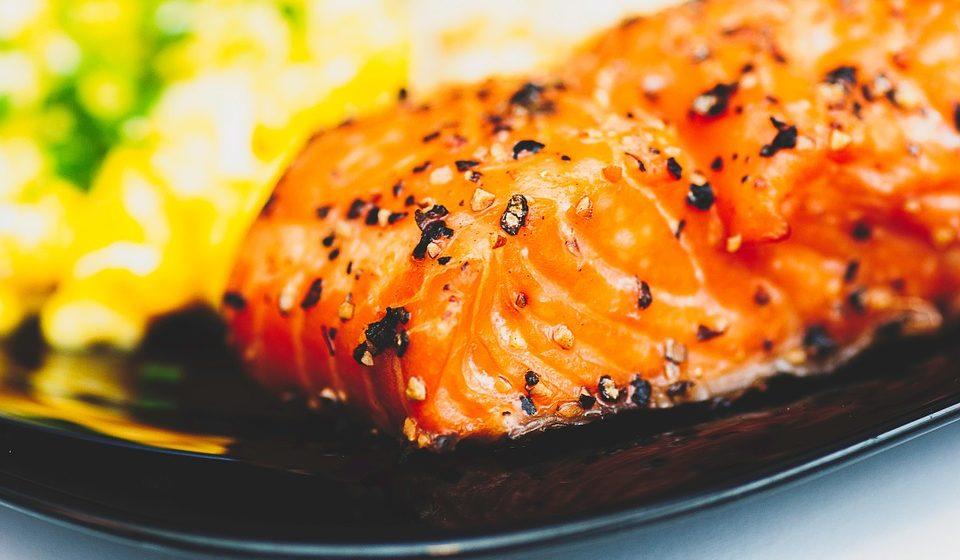 Salmão e couve: A vitamina D ajuda à absorção do cálcio e à manutenção de níveis de cálcio saudáveis no sangue. Por isso experimente grelhar uma posta de salmão, rico em vitamina D, sob uma cama de couve, uma excelente fonte de cálcio.