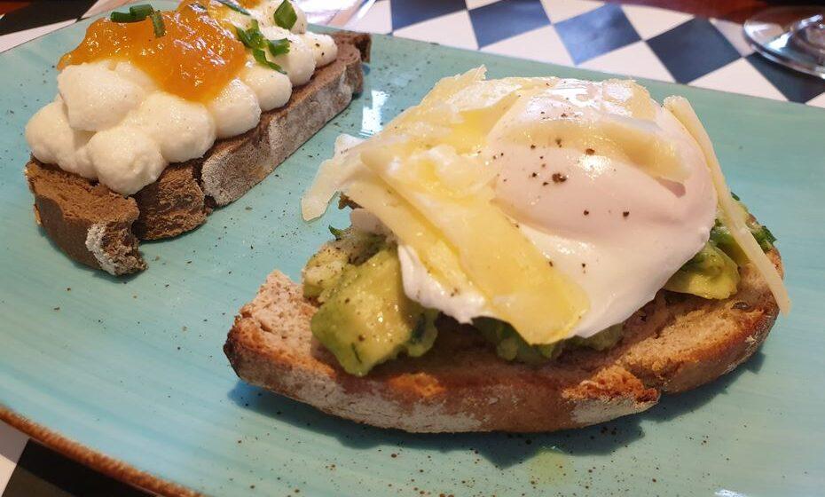 Bruschetta (requeijão, mel e compota de abóbora). Tosta de abacate (ovo escalfado, lascas de queijo da ilha curado 12 meses).