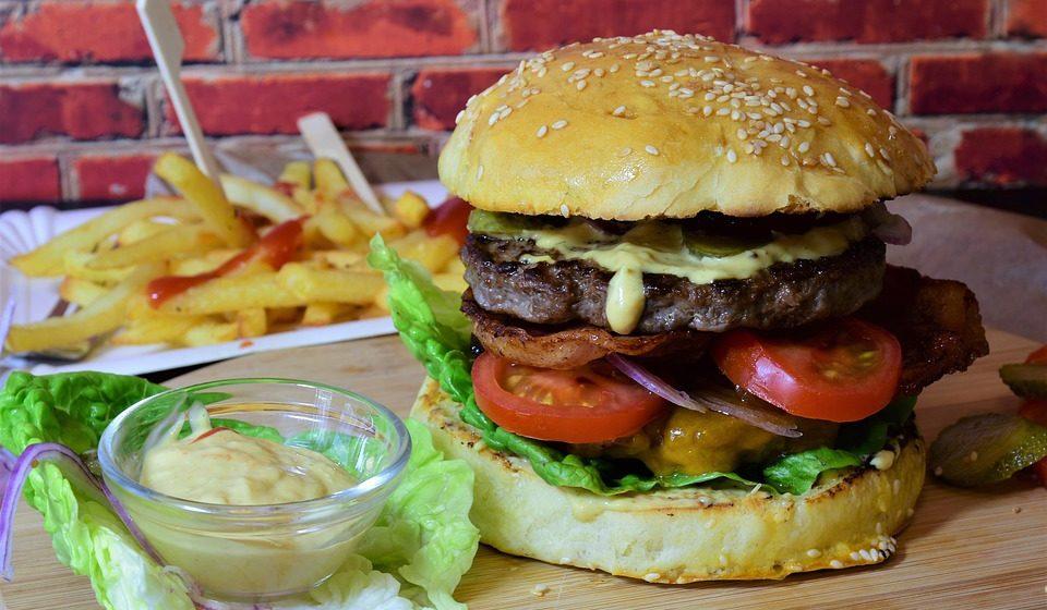 O consumo elevado de gordura, principalmente durante a infância e a adolescência.