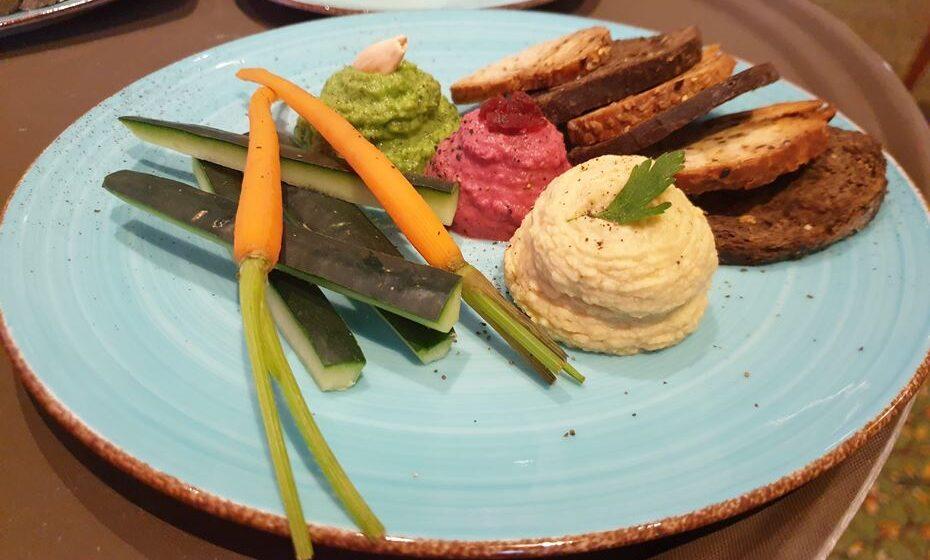 Trio de Humus (crudités vegetais, tostas de trigo, integrais e alfarroba)