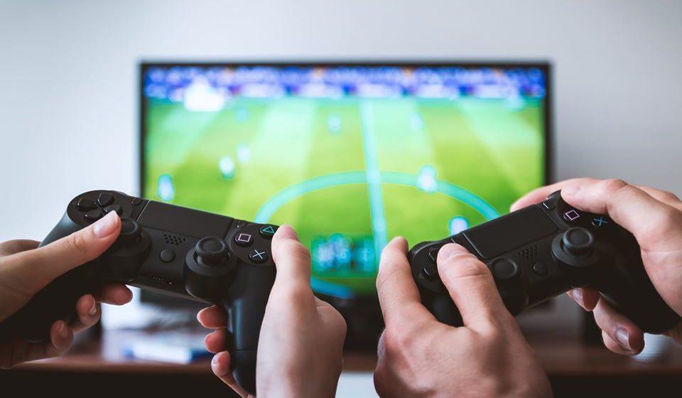 Conversar sobre o mundo dos videojogos onde o jovem se insere e experimentar jogar em conjunto.