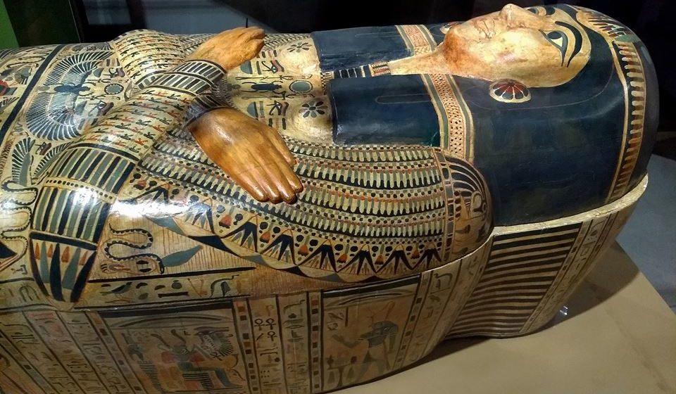 Os faraós, para a tumba com as suas lâminas: No antigo Egipto, o ato de barbear era considerado um símbolo de riqueza e poder, e inclusive os faraós eram enterrados com toda a sua coleção de utensílios para barbear. Outro exemplo (curioso) de como o ritual de barbear era um símbolo de status é o facto de os sacerdotes depilarem todo o corpo antes de entrar num templo.