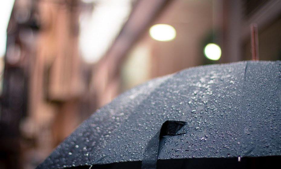 Nunca atire objetos nocivos para o ar - Não é incomum que os ânimos se alterem nestes dias, especialmente quando existem cem pessoas para um produto. Mas, acima de tudo, mantenha a segurança. Não leve consigo objetos de vidro, pirotécnicos, incendiários, facas ou canivetes e tenha uma especial atenção aos chapéus de chuva. Não atire objetos para o ar, sob risco de se lesionar a si, ou ao próximo.