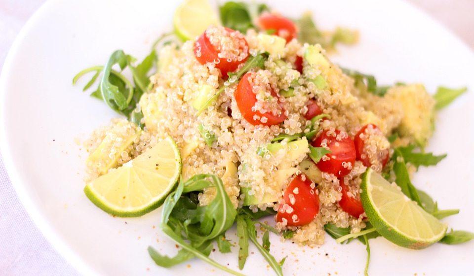 Alguns acompanhamentos cereais possíveis: arroz, massas, aveia, quinoa, cevada, seitan (glúten de trigo), etc.