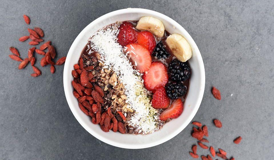 Nos pequenos lanches e pequeno-almoço use frutas, iogurtes vegetais fortificados com cálcio, sementes, nozes, amêndoas, avelãs, tremoços ou preparações que os incluam, como granolas, barras, panquecas, bolachinhas caseiras…;