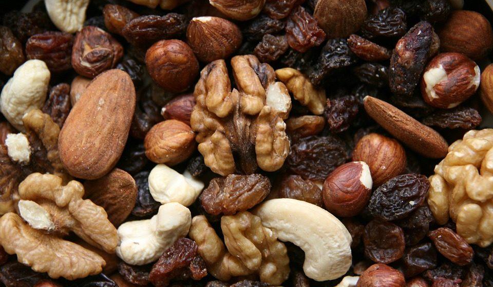 Uma vez que a inflamação pode acelerar a perda de massa óssea, os alimentos que a reduzem como os frutos secos são também benéficos.