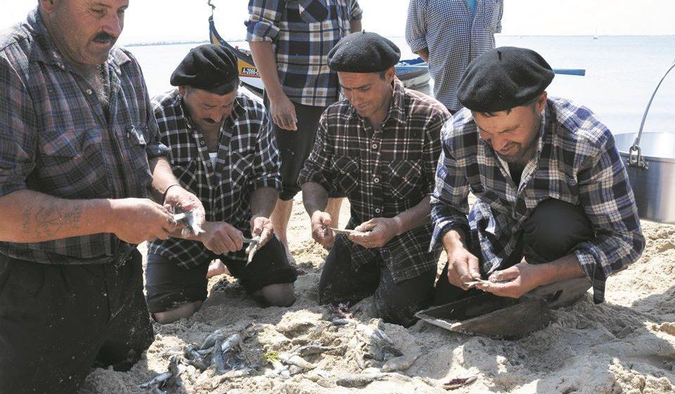 Pescadores a amanhar peixe