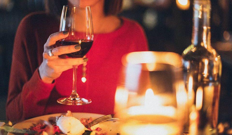 Caso queira beber um copo de vinho, opte por não comer sobremesa e se lhe apetece comer um doce no fim da refeição escolha beber água.