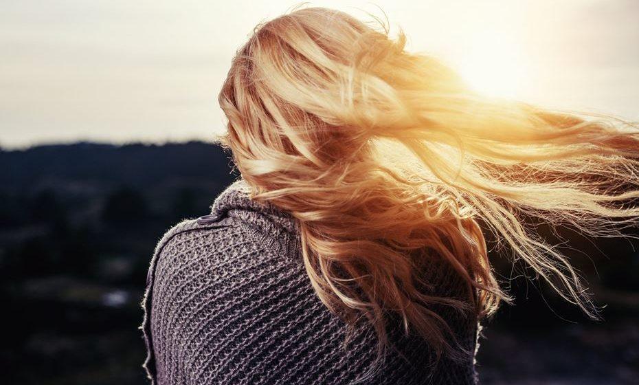 Os cabelos têm tendência a ficar mais secos, frisados, quebradiços e com perda de brilho.