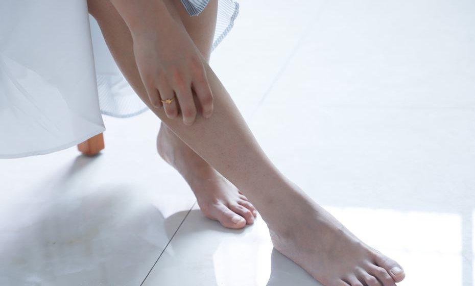 As frieiras manifestam-se através de lesões avermelhadas ou arroxeadas na pele, inflamadas e que provocam comichão e/ou dor.
