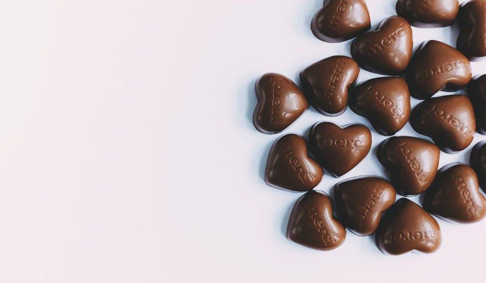 Em relação aos bombons, a melhor forma é consumi-los quando realmente lhe apetecer, ao longo do ano e não tudo de uma só vez.