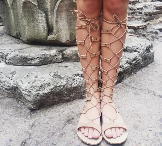 Reese Witherspoon: De férias em Roma com a família, a atriz decidiu partilhar uma foto das sandálias da filha.