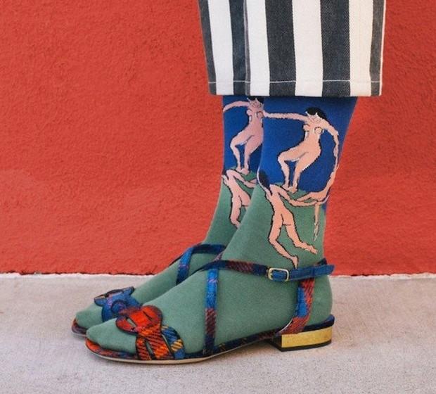 """Uma coleção cápsula da The Sock Drawer apresenta seis obras de arte icónicas recreadas em meias. Na imagem, """"A Dança"""" de Matisse."""