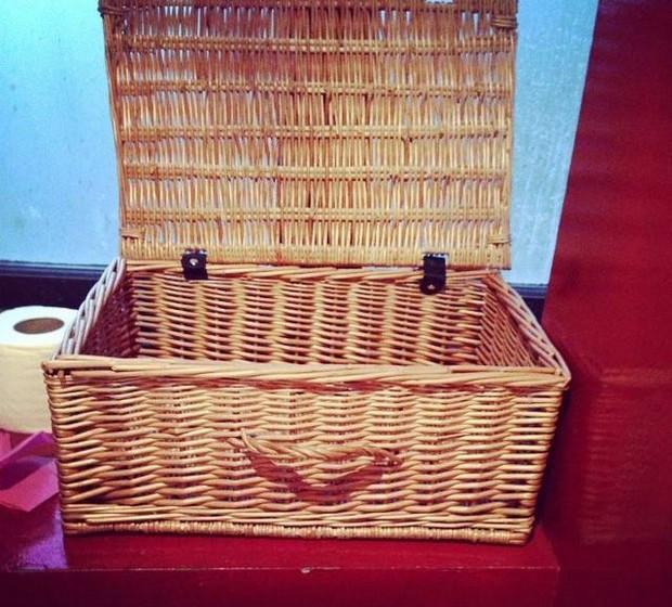 Um cesto de piquenique sorri para o utilizador.