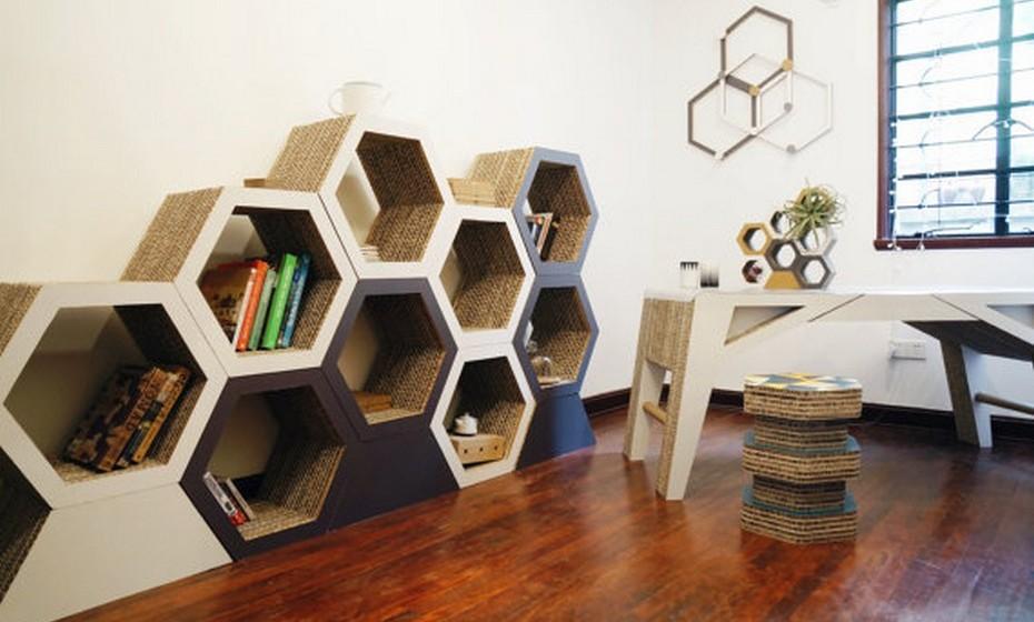Há móveis que permitem fazer uma biblioteca à medida das suas necessidades. Intermeie o uso das estantes entre livros e outros objetos para um resultado final mais interessante.
