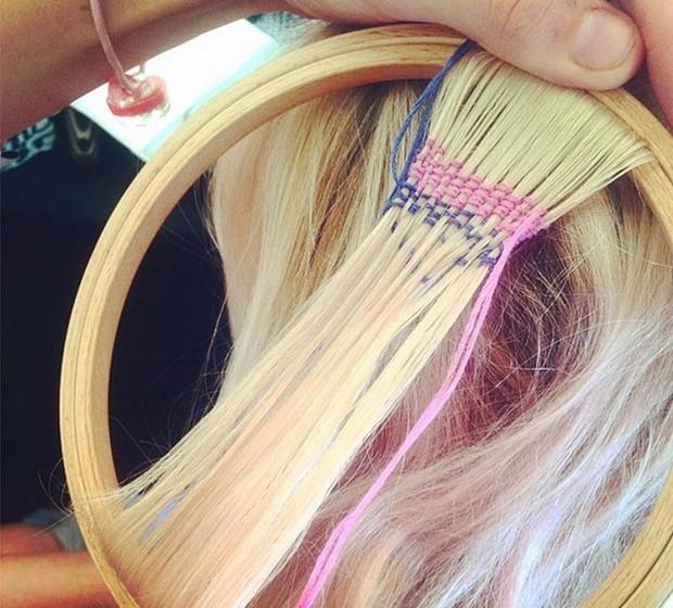 A técnica faz do cabelo uma espécie de tela em branco para uma obra de arte que, através do processo de tecelagem com fios coloridos, resulta em padrões étnicos.