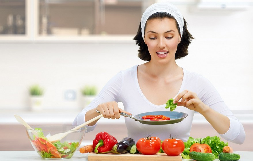Encontro culinário: Tem uma amiga que é uma cozinheira exímia? Ou outra que recentemente fez um curso de cozinha asiática? Que tal uma tarde à volta da cozinha para trocarem receitas e truques culinários. No final, têm uma grande refeição à vossa espera.