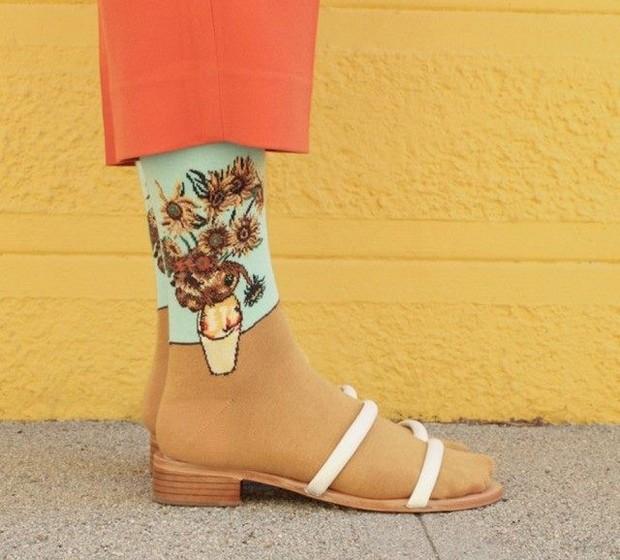 """Cada par de meias custa cerca de sete euros. Os tamanhos disponíveis são para senhora e a composição das meias inclui algodão, nylon e spandex. Na imagem, uma das mais famosas obras do holandês Van Gogh: """"Girassóis""""."""