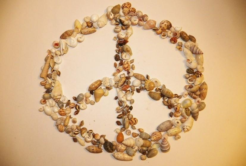 Código de desarmamento nuclear: Este símbolo é conhecido internacionalmente e normalmente chamado de 'símbolo da paz'. Foi desenhado pelo artista britânico Gerald Holtom para a 'Campanha do Desarmamento' do Movimento da Paz, em 1958, no Reino Unido. O desenho do símbolo representa a união das letras 'n' e 'd', ou seja, a união das palavras 'desarmamento nuclear'. Foi, mais tarde, adotado pelos hippies americanos na década de 60, que se manifestaram contra a guerra.