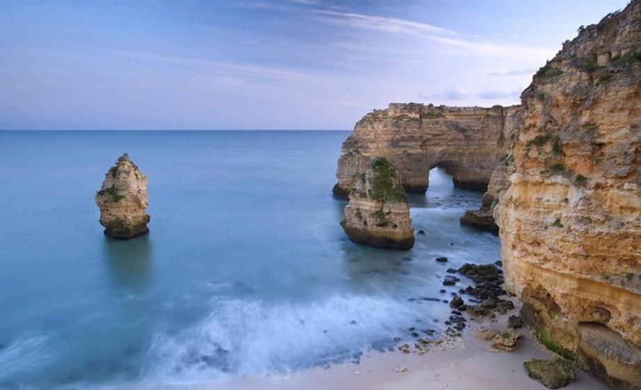 O artigo é acompanhado de algumas imagens de cortar a respiração de praias portuguesas como esta da Praia da Piedade.