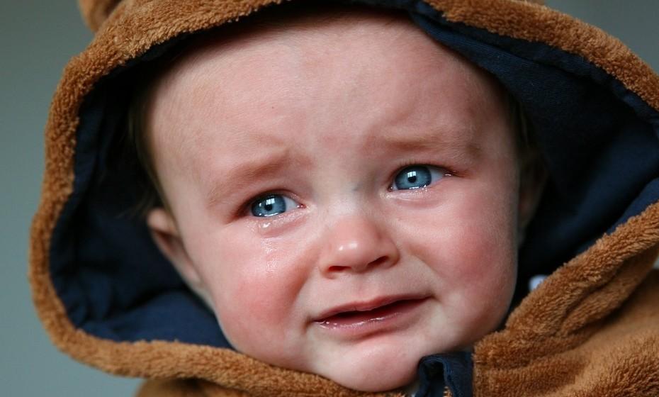 Chorar: A parte estranha do choro é que pode acontecer por variadas razões: tristeza, felicidade, nervosismo, etc. Uma das teorias mais bem aceites que explica o choro humano é a do psicólogo Ad Vingerhoets, que argumenta que chorar é um ato social primitivo. São muitos os animais que emitem sons quando estão em perigo e precisam de ajuda. Já os humanos, desenvolveram o choro como forma silenciosa de comunicar aos outros que algo está errado consigo.