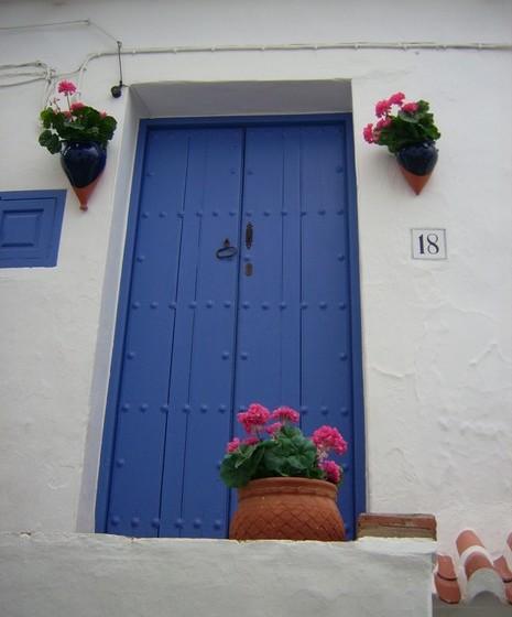 Caso contrário, pode optar apenas por algumas cestas ou floreiras à porta de casa, alegrando a fachada da casa.