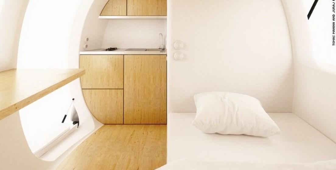 A forma oval não é por acaso, uma vez que permite maximizar a eficiência da energia e ainda facilita recolher água da chuva que, depois de filtrada, pode ser consumida. No interior, oito metros quadrados são divididos entre uma cama que dobra, um espaço amplo que pode ser usado como espaço de trabalho e sala de jantar e estar, uma casa-de-banho, uma cozinha e um pequeno espaço para arrumação.