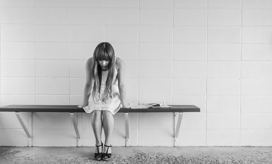 Assume as suas fraquezas: Uma pessoa madura emocionalmente sabe reconhecer quando está em baixo e quando pode até precisar da ajuda dos outros, e não tem medo de o pedir.