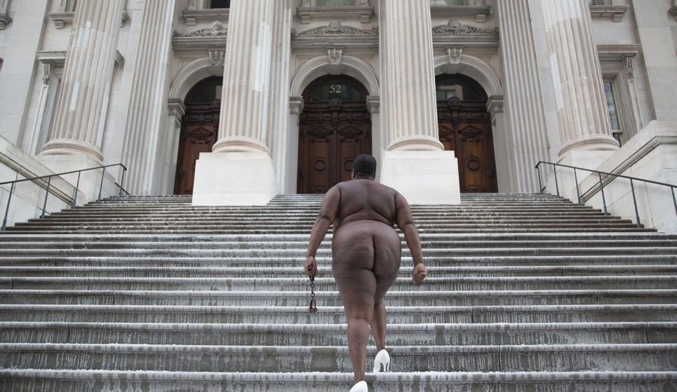"""A artista Nona Faustine presta homenagem aos seus ancestrais contando a história da escravatura na cidade de Nova Iorque numa série de fotos intitulada de """"White Shoes"""""""