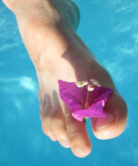 Mime-se: Pode ainda colocar os pés num recipiente com água quente e sal e, no final, massage os pés e pernas com creme.