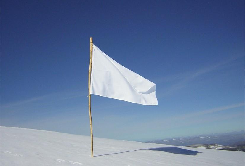 Bandeira branca: A bandeira branca é utilizada desde o Renascimento e simboliza abrir mão das próprias cores para negociar tréguas na guerra. É um estandarte de neutralidade, que mostra a intenção de rendição e negociação, não de luta. A cor branca é tida como um símbolo de Paz por representar a pureza, inocência e verdade.