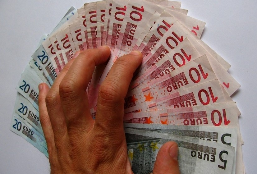 Nunca dê dinheiro  à pessoa, mesmo que já tenham iniciado um relacionamento. Questione se essa pessoa afinal estará à procura de amor ou de riqueza.