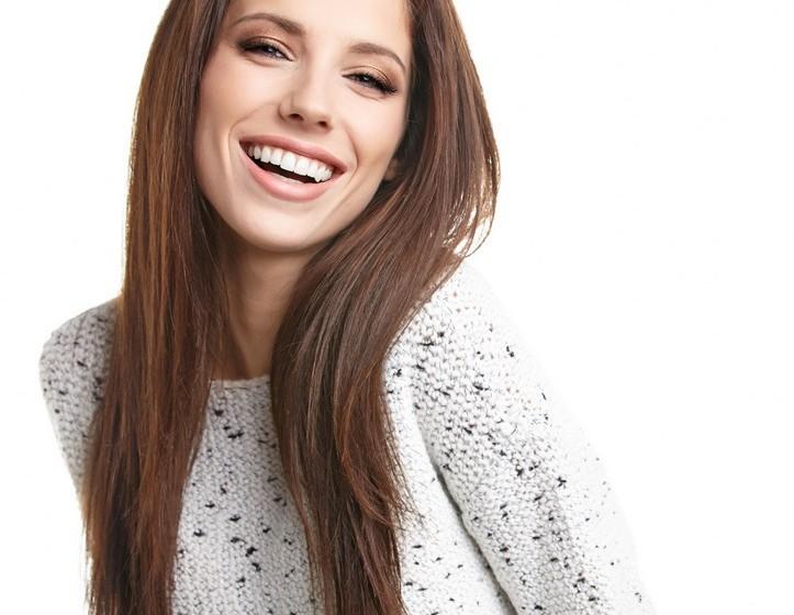 Cara inchada: Este é um dos piores problemas para quem sofre de alergias. A cara inchada é um dos sintomas mais comuns de alergias mas, felizmente, temos a solução. Use blush para definir os seus traços naturais. Passe o pincel nas maçãs do rosto e, eventualmente, nas têmporas. Quando a cara está realmente inchada, então vai precisar de um reforço para redefinir o contorno do rosto. Use pó bronzeador e, com o pincel, desenhe pela linha do cabelo desde as têmporas até ao pescoço, fazendo ainda a linha do maxilar.