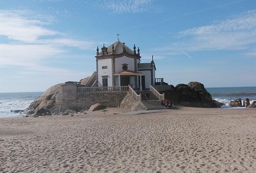 Praia Senhor da Pedra, Vila Nova de Gaia. A temperatura média no verão é de 20ºC e a da água 16ºC.A extensão da praia é de 200 metros.