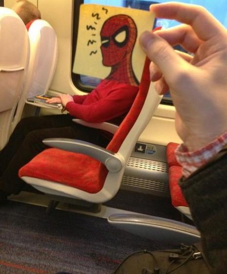 «Os sentidos estão apurados. O Homem Aranha devolve o olhar.»