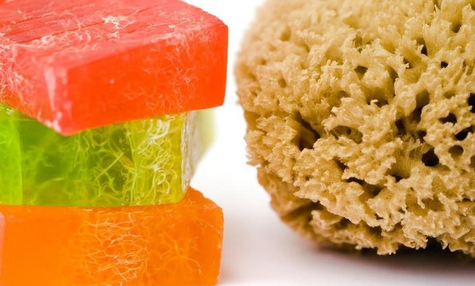 Lave os pincéis regularmente (uma vez por semana) de maneira correta e com produtos próprios.