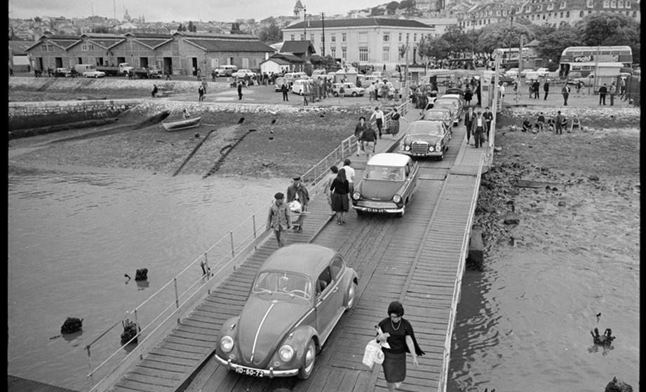 """O desígnio de uma ponte sobre o rio Tejo, em Lisboa, remonta a meados de Oitocentos. O primeiro projeto  registado pertence ao engenheiro Miguel Pais que preconiza, em 1879, uma ponte rodoferroviária para ligar a zona oriental de Lisboa ao Montijo. Contudo, em quase um século, muitas ideias surgiram, mas o sonho não se cumpriu. Os anos de 1950 foram decisivos no que respeita aos estudos sobre a travessia, tendo culminado com a criação do Gabinete da Ponte sobre o Tejo e com  o lançamento do Concurso Público Internacional, na atual localização.  A partir dessa data, o projeto não sofre mais revezes e, em 1962,  a obra começa. Antecipando o prazo de execução previsto, é inaugurada como uma """"estrela"""" do Estado Novo em agosto de 1966. (Fotos e dados: Infraestruturas de Portugal)"""