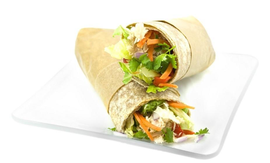 """Outra opção é fazer um wrap ou """"rolo"""" de pão pita, recheado com todos os ingredientes anteriores, sem molhos!"""