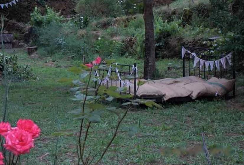 Pelo terreno, vários espaços convidam ao descando próximo da natureza. (Por MOOD/ Joana de Sousa Costa. Fotos: Facebook)
