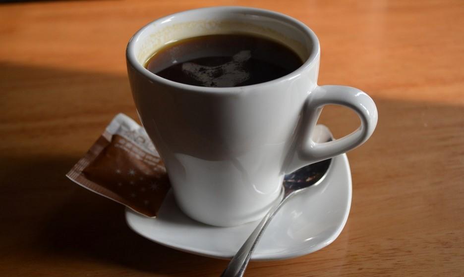 Caribenho: Nas variações pelo mundo, este café leva calda de açúcar, uma dose de rum, licor de café, meia dose de Martini, gelo, creme de leite, de preferência light ou leite de coco, e café bem forte. A versão original tem apenas o rum, calda de açúcar e baunilha.