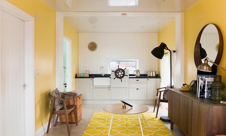 A casa tem um andar e foi feita a partir de contentores de carga, revestidos a madeira, e colocada numa plataforma flutuante. A decoração tem muitos elementos náuticos e as cores predominantes são o amarelo e cinzento.