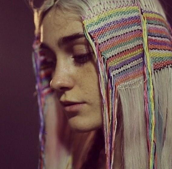 A ideia, na verdade, não é totalmente nova. Quem não se lembra dos tererés que, nos anos 90, invadiram os cabelos de mulheres de todo o mundo. Também nos tererés se usava fio de cores diferentes para criar padrões étnicos.