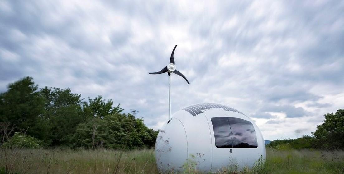 O cápsula é um mini apartamento com todos os luxos necessários para viver de forma confortável. A cápsula vem ainda com uma antena e é capaz de gerar energia suficiente para ser sustentável, através do sol e vento.