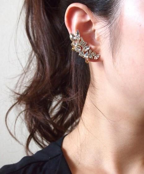 Earcuff: Os brincos pouco convencionais são uma tendência no verão de 2015. Sejam os ear pins, brincos com dois lados ou os earcuffs, que acompanham a orelha e podem ser usados aos pares ou apenas numa das orelhas.