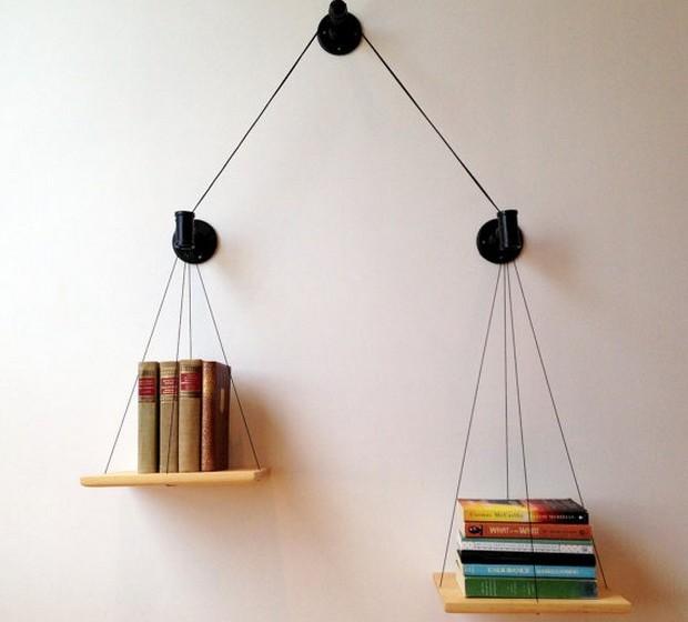 Use uma balança antiga ou, na falta de uma, crie uma versão moderna da balança. Pode colocá-la sob um móvel ou, para poupar espaço, numa parede.