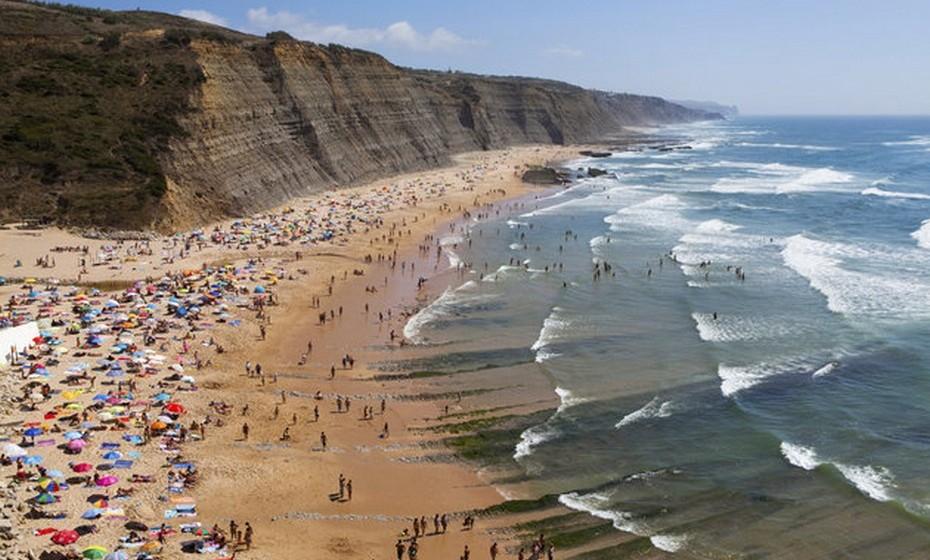 O artigo explica que a costa do Algarve tem mais de 150 praias à espera de visitas.