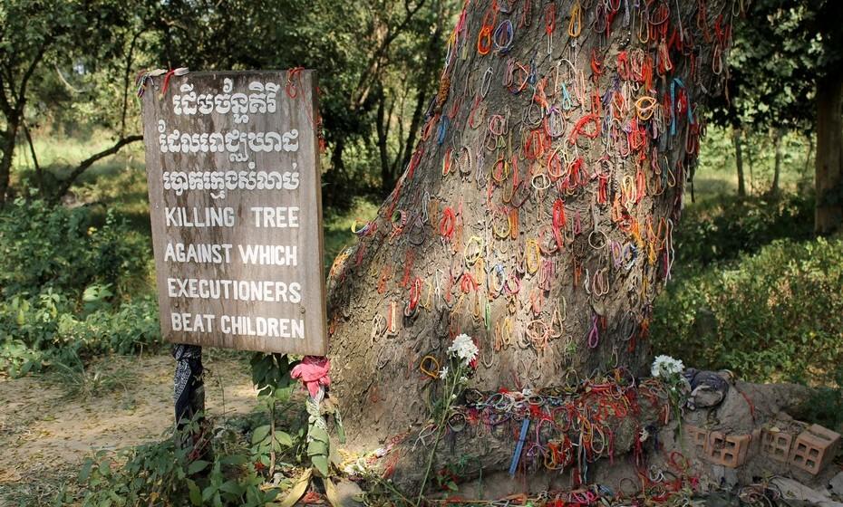 """O regime comunista Khmer Rouge, liderado por Pol Pot, matou nos quatro anos de poder mais de um milhão de cambodjanos, num dos piores genocídios dos tempos modernos. Para compreender a história deste país, é obrigatória uma visita a um dos """"killing fields"""" nos arredores da cidade."""