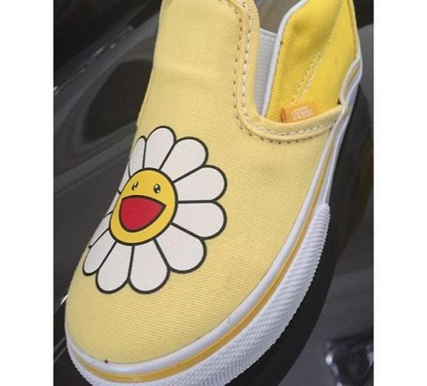 Harper Beckham: Na verdade foi a mãe Victoria quem tirou a foto dos novos sapatos de Harper, umas Vans desenhadas por Murakami.