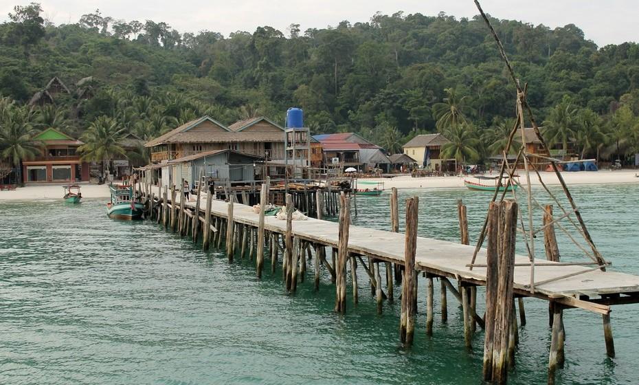 A ilha apenas acolhe cerca de 300 pessoas, pois há apenas uma aldeia. Os hostels, feitos em madeira e bambu, são geridos por estrangeiros e pelos locais, em conjunto. Não há qualquer meio de transporte ou estrada nem um sistema elétrico a funcionar 24 horas por dia.